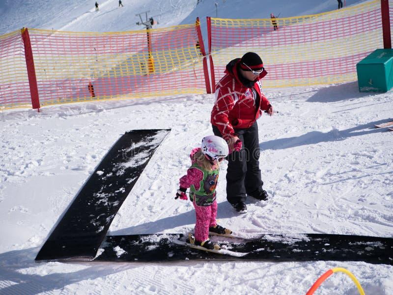 Menina que aprende esquiar Escola do esqui em Áustria, Zams o 22 de fevereiro de 2015 fotografia de stock royalty free