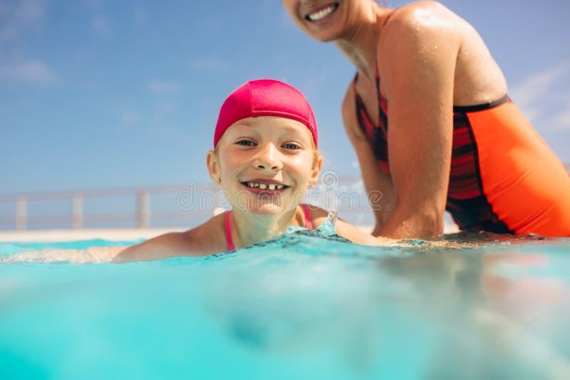 Menina que aprende nadar na associação fotografia de stock