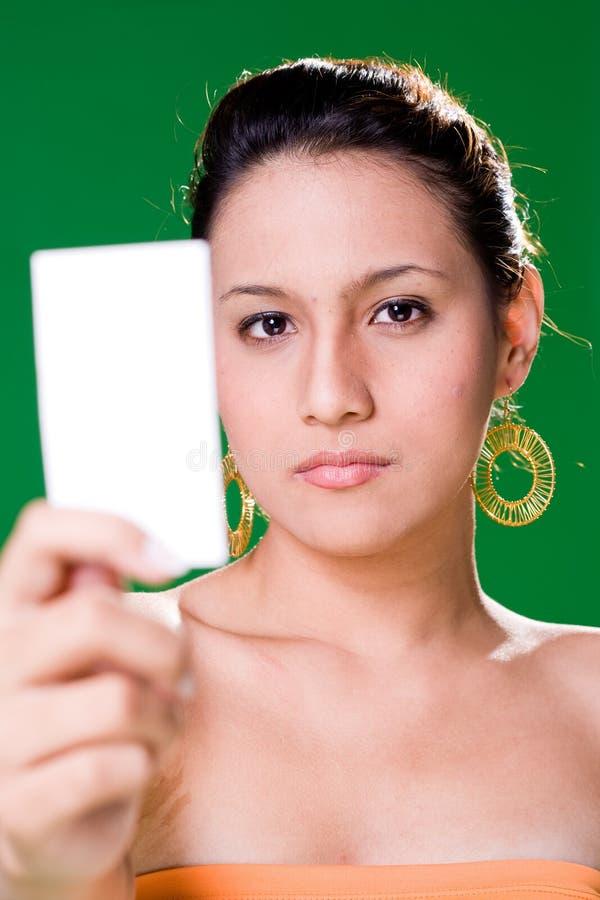 Menina que apresenta o cartão branco imagens de stock royalty free
