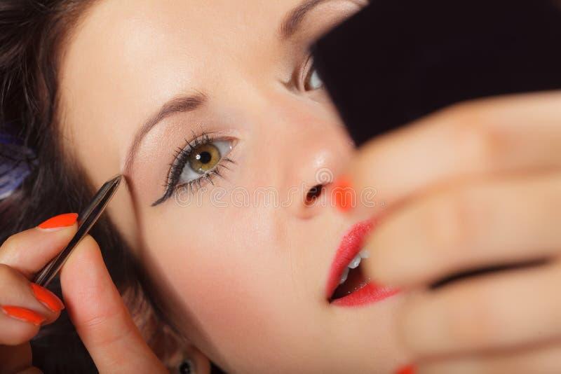Menina que arranca o close up das sobrancelhas imagem de stock