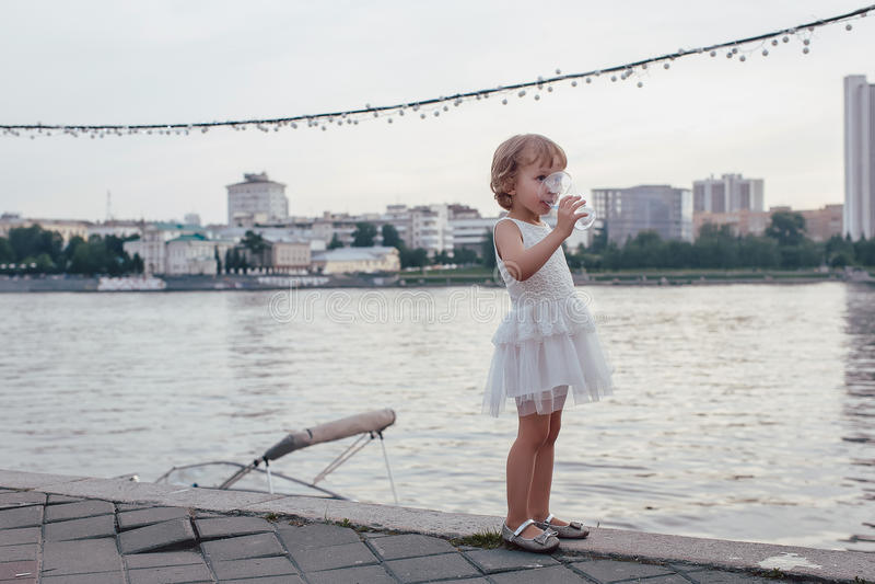 Menina que bebe um vidro da água fotos de stock