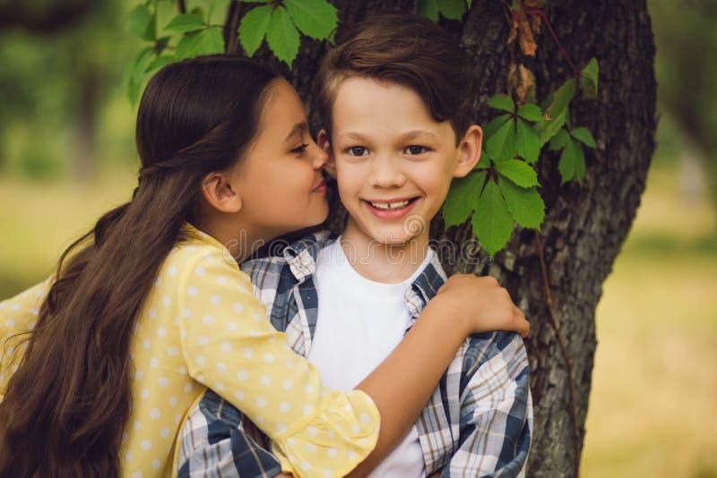 Menina que beija o menino fotos de stock royalty free