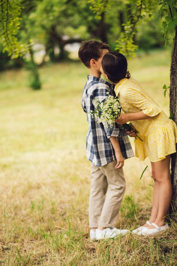 Menina que beija o menino fotos de stock