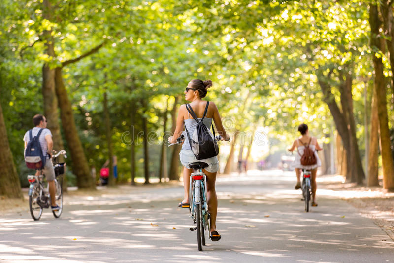 Menina que biking no Vondelpark imagem de stock