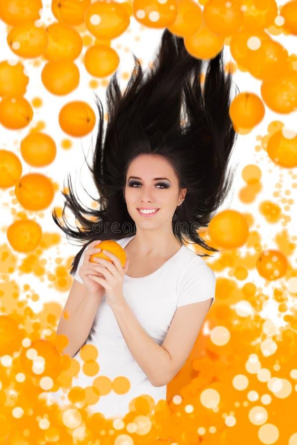 Menina que cai com laranjas imagens de stock