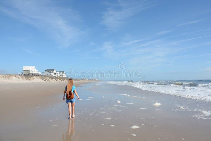 Menina que caminha na praia fotografia de stock