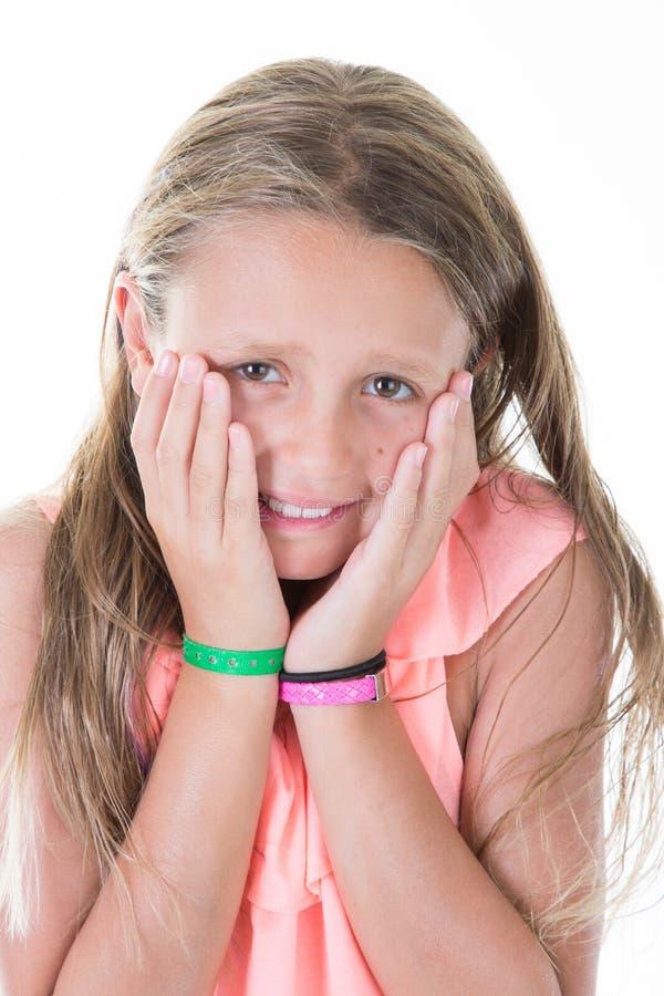 Menina que cobre sua boca que mostra o medo e o terror intensos da expressão sobre o fundo branco fotos de stock royalty free
