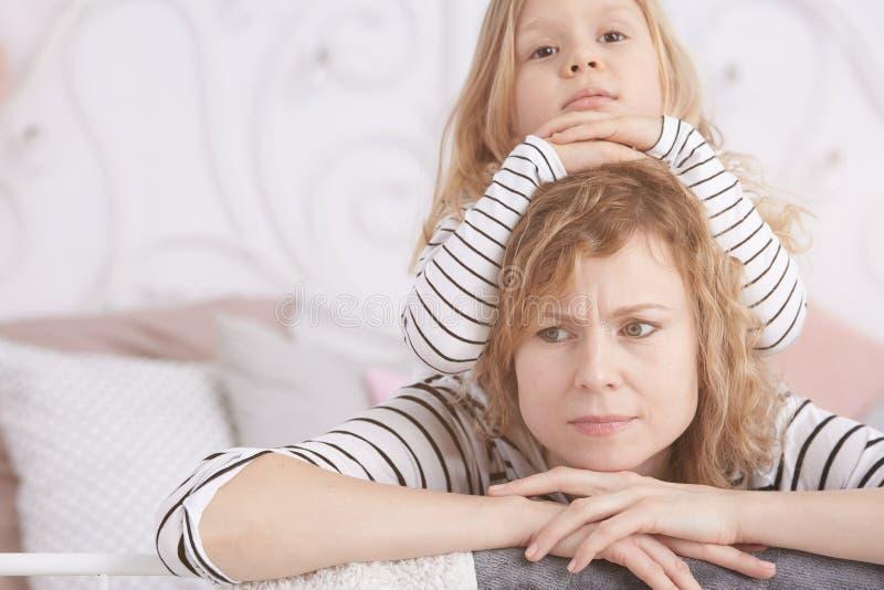Menina que coloca em sua mamã foto de stock royalty free