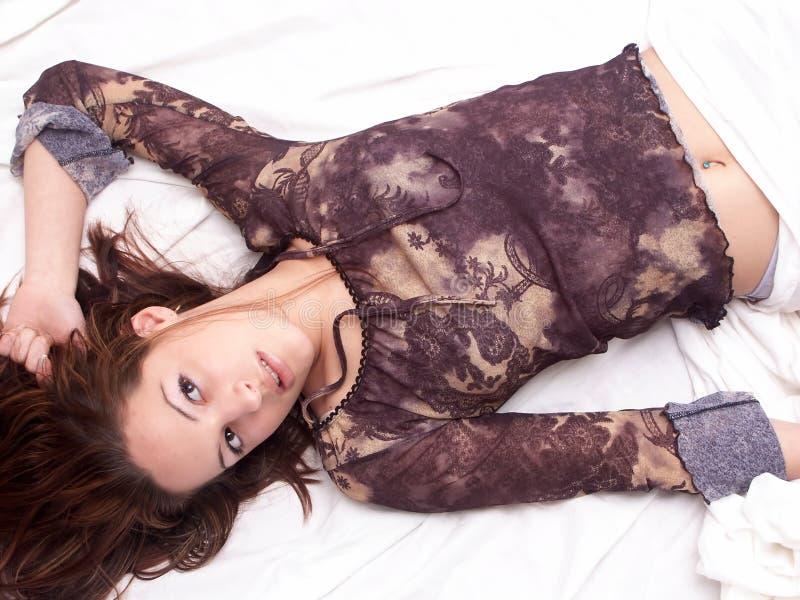 Download Menina que coloca na cama imagem de stock. Imagem de retrato - 108887