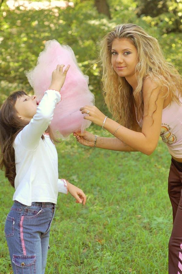 Menina que come doces de algodão foto de stock royalty free