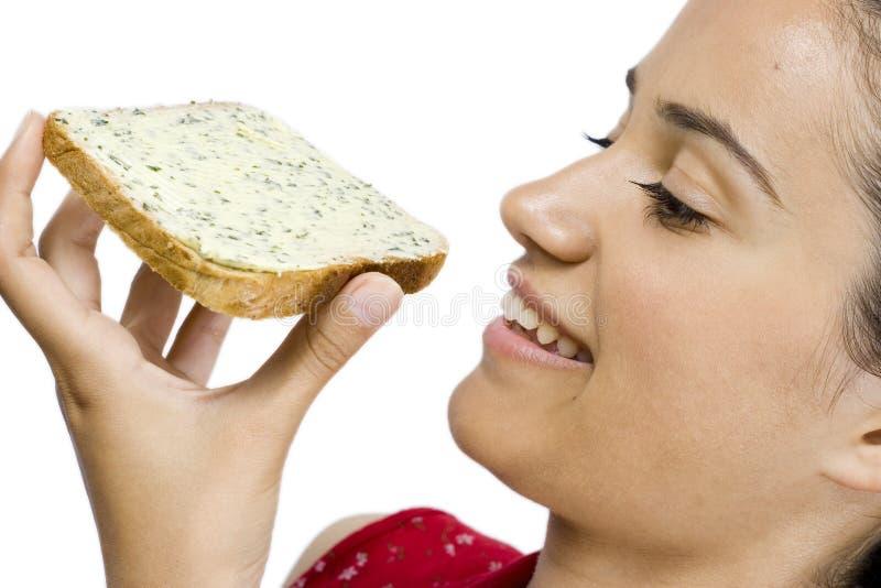 Menina que come a fatia de pão fotos de stock