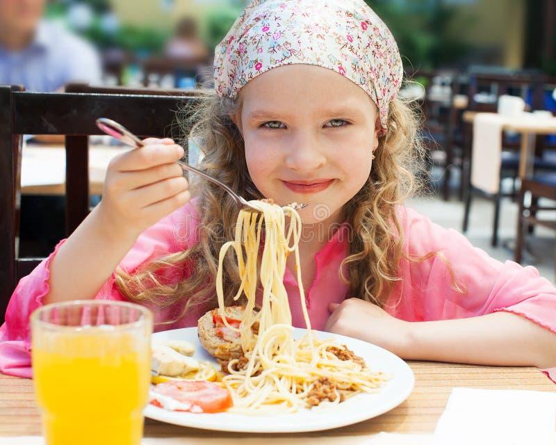 Menina que come a massa imagem de stock royalty free