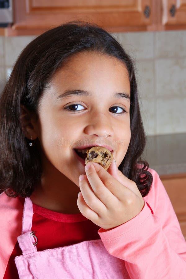 Menina que come a massa de pão foto de stock