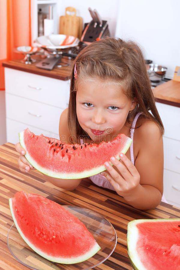 Menina que come a melancia imagem de stock royalty free