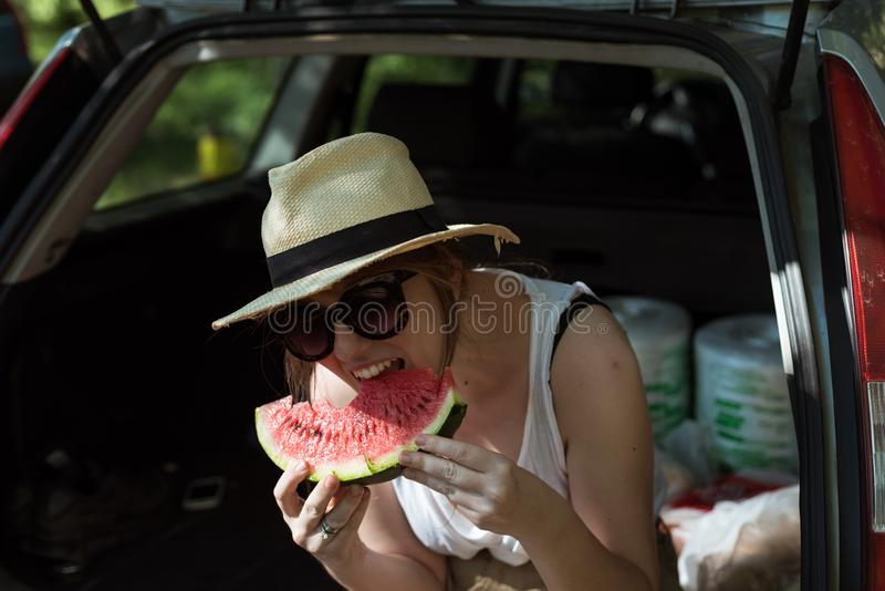 Menina que come a melancia fora fotografia de stock