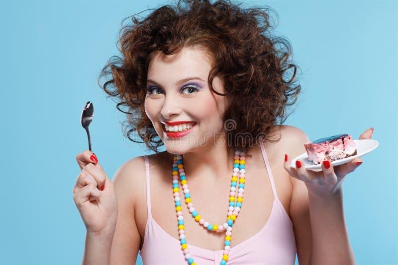 Menina que come o bolo imagem de stock royalty free