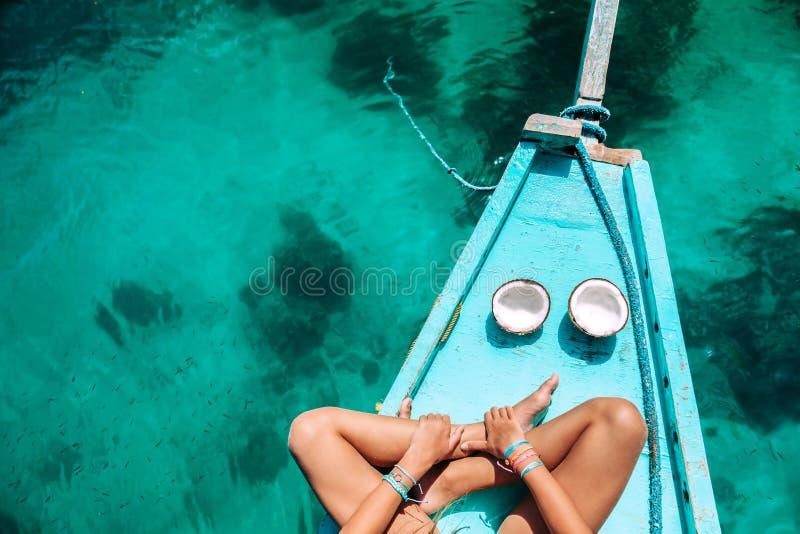 Menina que come o coco no barco em Ásia fotos de stock