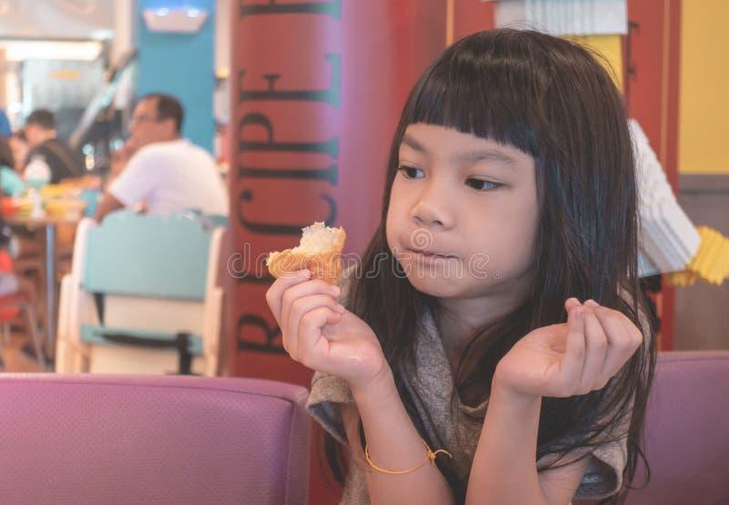 Menina que come o croissant no restaurante italiano fotos de stock
