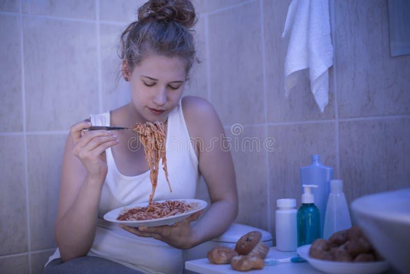 Menina que come o espaguete fotos de stock royalty free