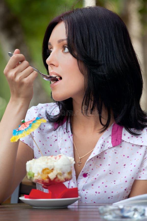 Menina que come o gelado foto de stock