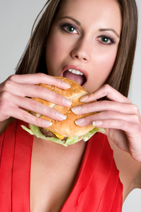 Menina que come o hamburguer foto de stock royalty free