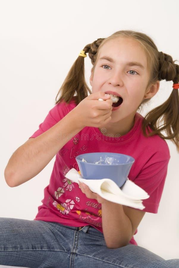 Menina que come o papa de aveia II imagens de stock royalty free