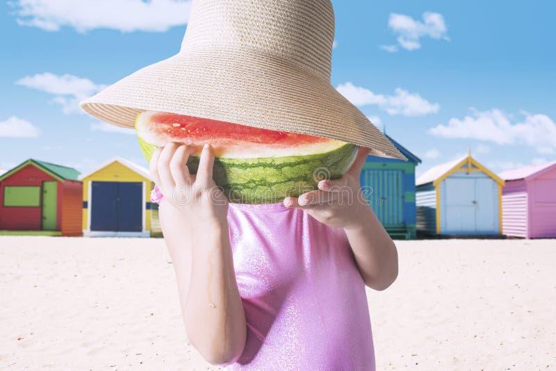 Menina que come uma fatia de melancia fotos de stock