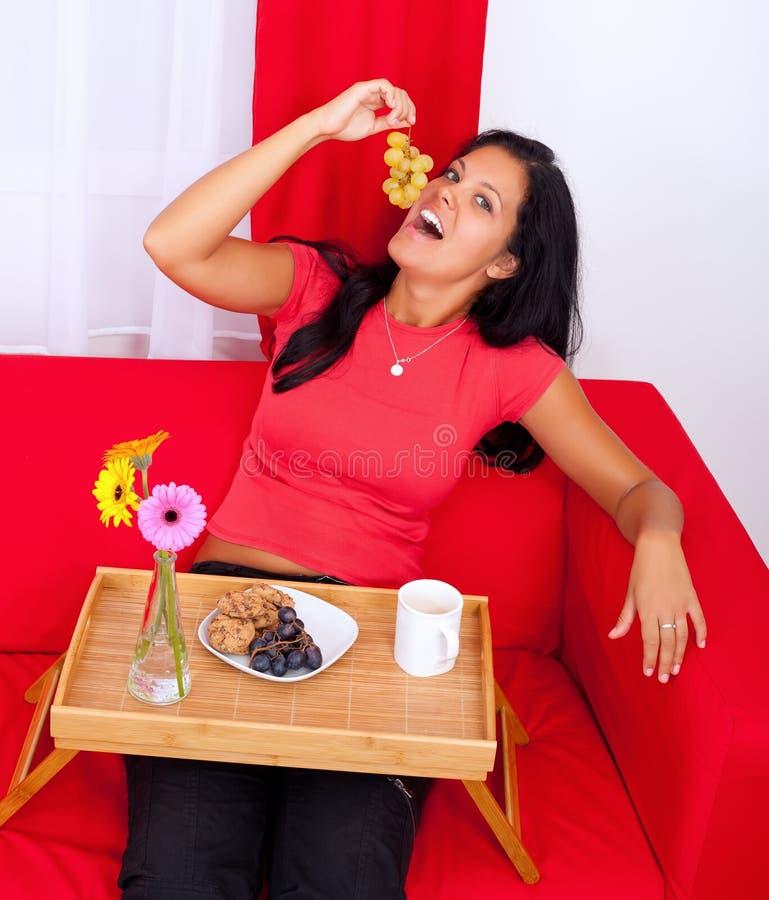 Menina que come uvas foto de stock royalty free
