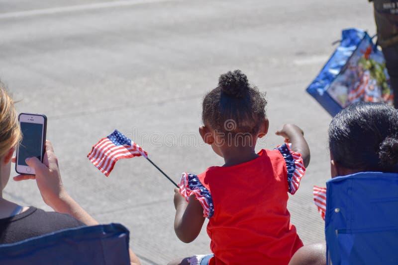 Menina que comemora o Dia da Independência em uma parada foto de stock royalty free