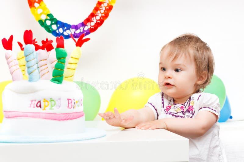 Menina que comemora o primeiro aniversário imagens de stock