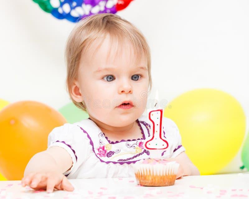 Menina que comemora o primeiro aniversário fotografia de stock