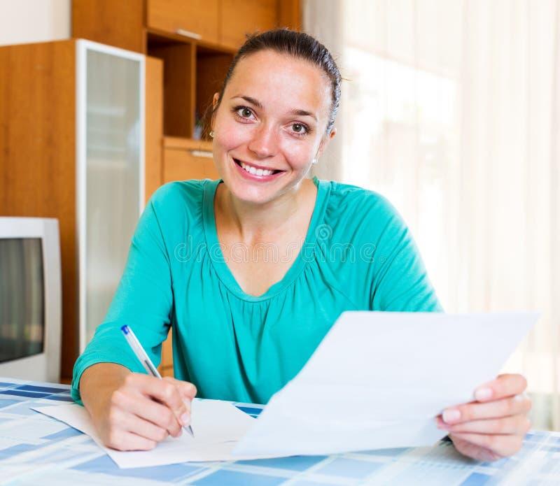 Menina que completa formulários de imposto fotos de stock royalty free