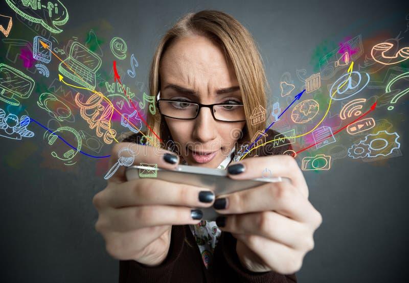 Menina que consulta o Internet com smartphone imagem de stock