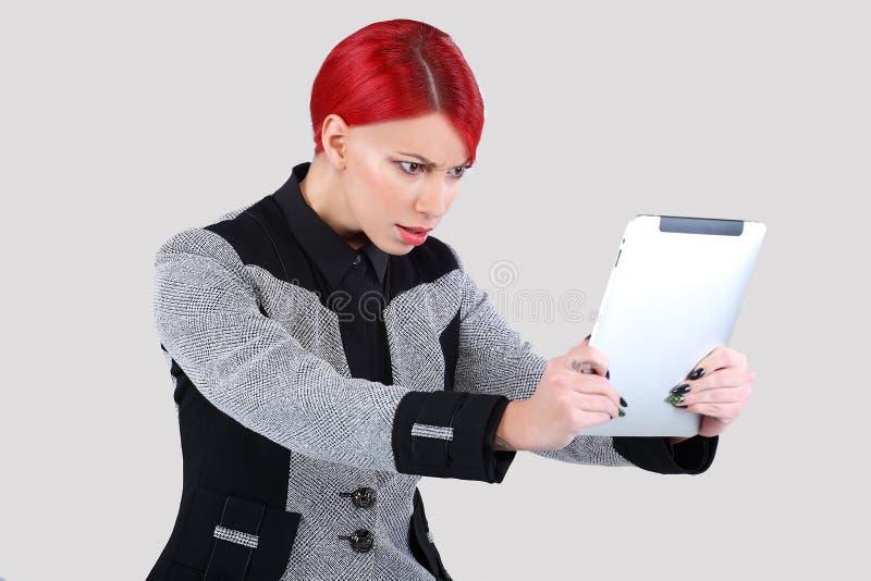Menina que consulta a tabuleta na moda 2 foto de stock