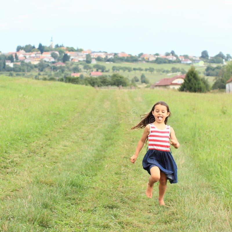 Menina que corre com os pés descalços fotos de stock