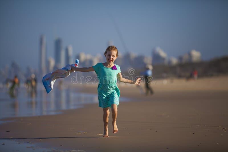 Menina que corre na praia foto de stock