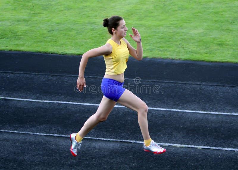 Menina que corre no estádio foto de stock royalty free