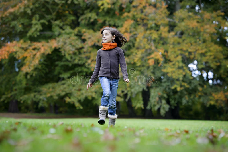 Menina que corre no parque fotografia de stock