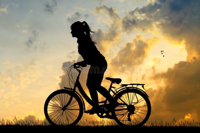 Menina que d? um ciclo no por do sol ilustração royalty free