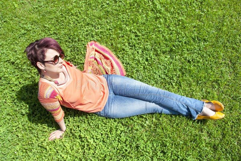 Menina que descansa na opinião superior do gramado fotos de stock
