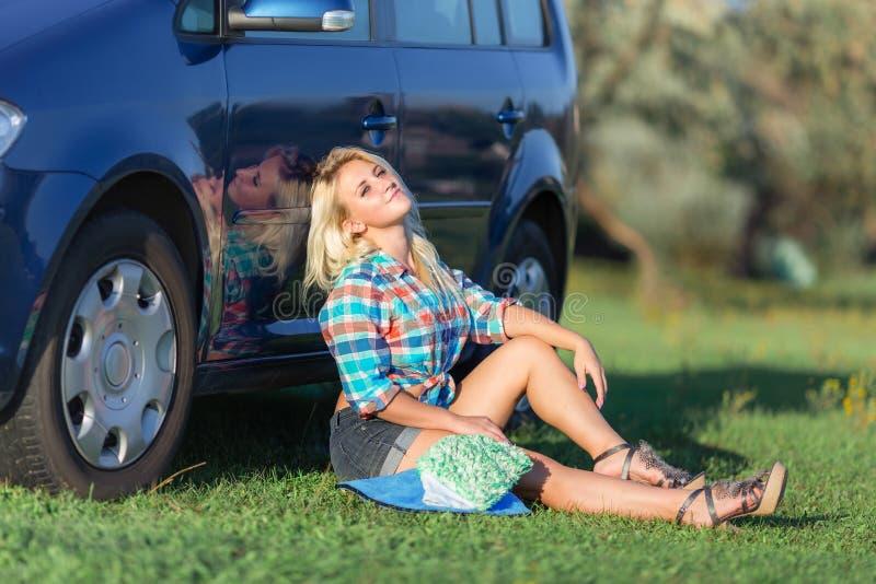 Menina que descansa perto do carro foto de stock