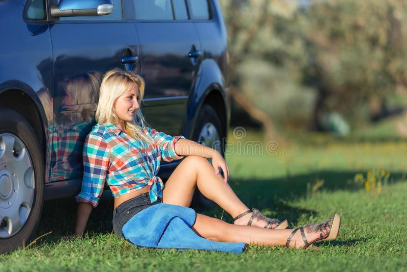 Menina que descansa perto do carro fotos de stock
