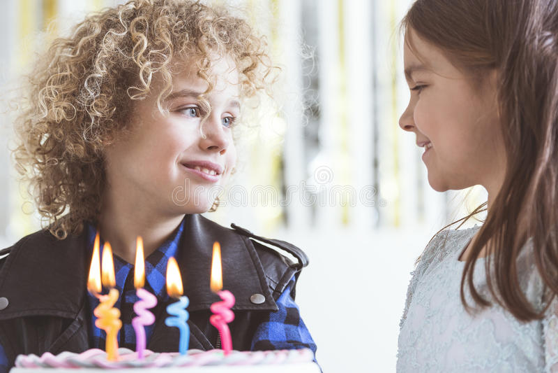 Menina que deseja o feliz aniversario imagens de stock