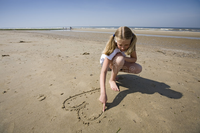 Menina que desenha um coração fotografia de stock