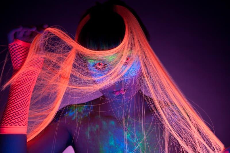 Menina que desgasta contatos UV, a composição UV e o cabelo foto de stock