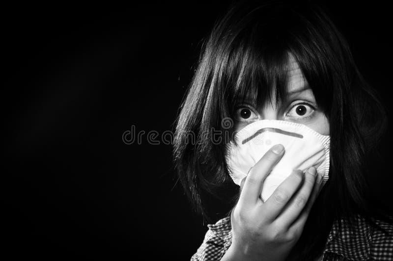 Menina que desgasta a máscara protetora fotografia de stock royalty free