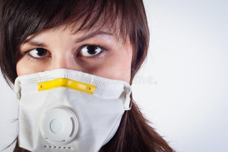 Menina que desgasta a máscara protetora fotos de stock royalty free