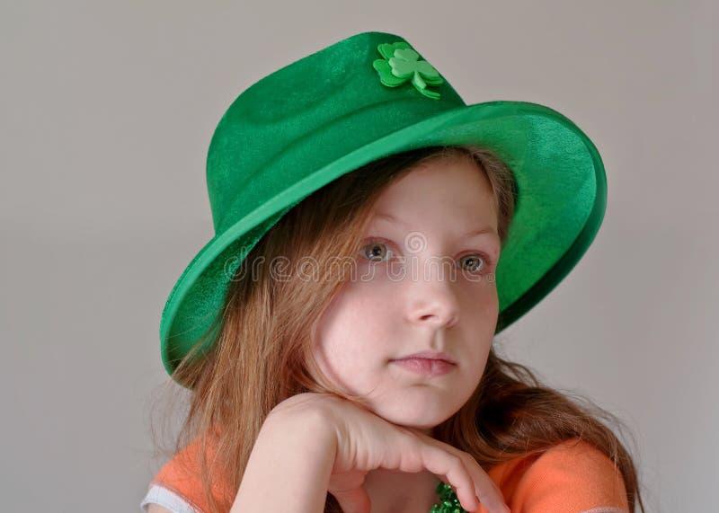 Menina que desgasta o chapéu do dia do St. Patrick verde fotografia de stock