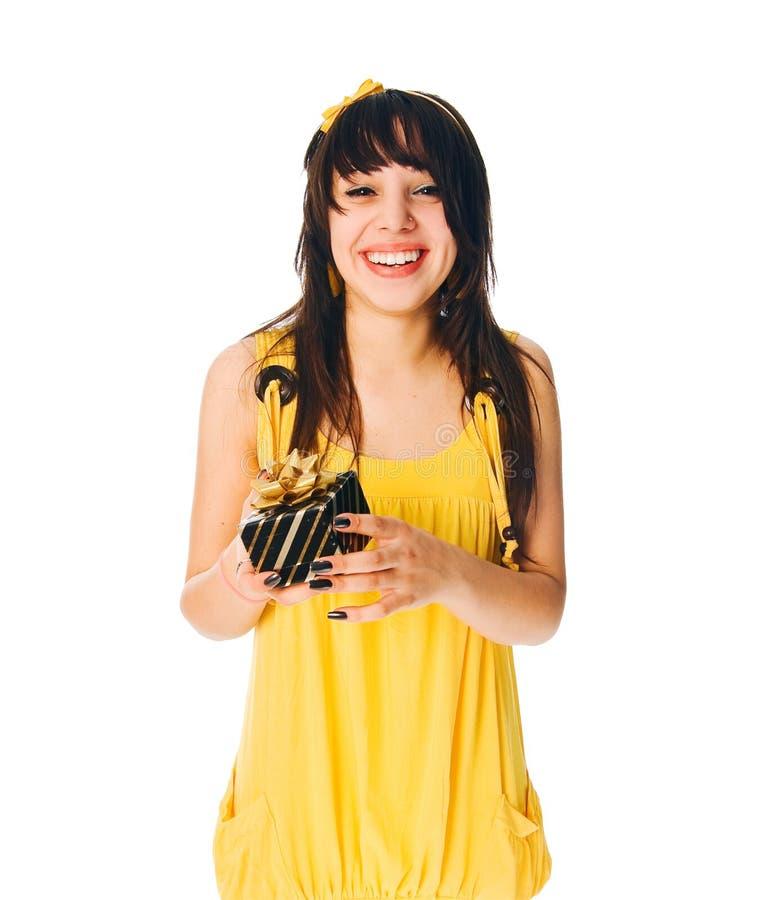 Menina que desgasta o vestido amarelo com uma caixa de presente foto de stock royalty free