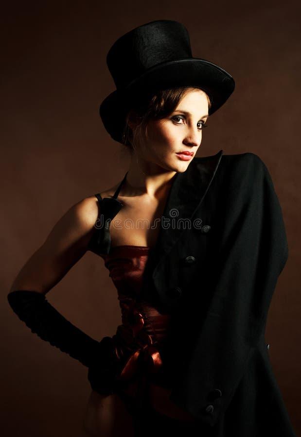 Menina que desgasta um chapéu do cilindro foto de stock